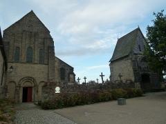 Cimetière -  Entrée de l'église et porche du cimetière de l'Abbaye de Daoulas