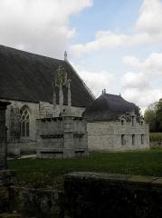 Chapelle Notre-Dame de Kerdevot - Calvaire et sacristie de la chapelle Notre-Dame de Kerdévot en Ergué-Gabéric (29).