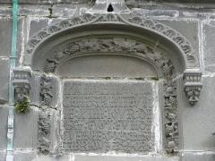 Eglise Notre-Dame de Rumengol - Français:   Inscription à la base du clocher, façade méridionale, église Notre-Dame-de-Rumengol au Faou (29).