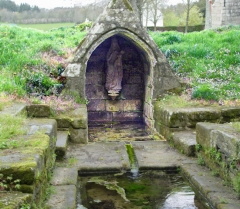Chapelle Notre-Dame des Trois-Fontaines - Deutsch: Gouézec (Bretagne, Finistère) Chapelle Notre-Dame des Trois-Fontaines: Eines der drei Brunnenhäuschen mit einer Statuette der Jungfrau Maria.