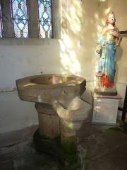 Eglise Saint-Ténénan - English: Guerlesquin 18 Church St. Ténénan baptismal font and statue of the Virgin