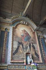 Eglise Saint-Edern - Deutsch: Katholische Kirche Saint-Edern in Lannédern im Département Finistère (Region Bretagne/Frankreich), Seitenaltar von 1660, Altarbild mit der Darstellung der Madonna, die dem heiligen Dominikus und der heiligen Katharina von Siena den Rosenkranz überreicht