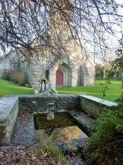 Chapelle de la Madeleine - Français:   Penmarch: la fontaine Saint-Pustache devant la chapelle de la Madeleine.