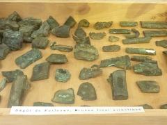 Musée préhistorique à Pors Carn - Français:   Objets usagés et fragments de lingots (plus de 80 objets ont été trouvés en tout) trouvés dans une cachette de fondeur à Kerlouan et datant de l\'Âge du bronze final