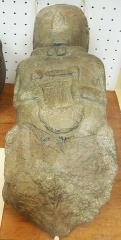 Musée préhistorique à Pors Carn - Français:   Une des quatre sculptures trouvées dans un fossé du camp gaulois de Saint-Symphorien à Paule (Côtes-d\'Armor) où elles ont été enfouies vers la fin du IIe siècle. Cette sculpture est en métahornblendite, roche provenant de Kerlevot en Pleuven (Finistère) . Le torque qui orne son cou et la lyre laissent supposer que le personnage représenté serait un barde (moulage, Musée de la préhistoire finistérienne de Penmarc\'h).