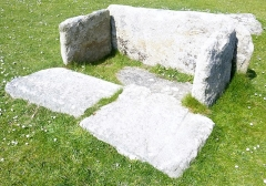 Musée préhistorique à Pors Carn - Français:   Coffre à rainures trouvé à Kerhuel en Saint-Évarzec, dans lequel le défunt était inhumé en position foétale. Datant de l\'âge du bronze, il a été réimplanté au Musée de la préhistoire finistérienne de Penmarch.