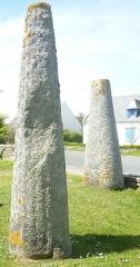 Musée préhistorique à Pors Carn - Français:   La stèle de Kerdeval (en Penmarch), réimplantée au Musée de la préhistoire finistérienne de Penmarch). Une autre stèle est visible à l\'arrière-plan