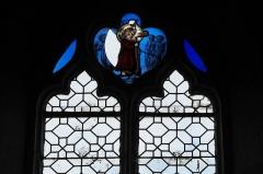 Eglise Saint-Pierre et chapelle funéraire - Deutsch: Katholische Pfarrkirche Saint-Pierre in Pleyber-Christ im Département Finistère (Region Bretagne/Frankreich), Bleiglasfenster (Fragment)