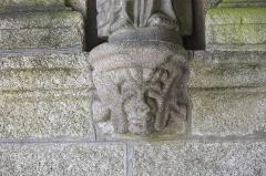 Eglise Saint-Pierre et chapelle funéraire - Deutsch: Katholische Pfarrkirche Saint-Pierre in Pleyber-Christ im Département Finistère (Region Bretagne/Frankreich), Konsolen unter den Apostelfiguren der Vorhalle