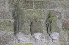Eglise Saint-Pierre et chapelle funéraire - Deutsch: Katholische Pfarrkirche Saint-Pierre in Pleyber-Christ im Département Finistère (Region Bretagne/Frankreich), Figuren über dem Portal der Vorhalle