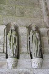 Eglise Saint-Pierre et chapelle funéraire - Deutsch: Katholische Pfarrkirche Saint-Pierre in Pleyber-Christ im Département Finistère (Region Bretagne/Frankreich), Apostelfiguren in der Vorhalle