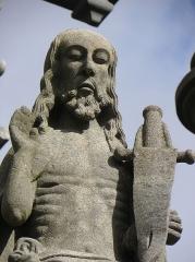 Eglise Saint-Yves - Christ ressuscité. Détail de la scène de la Résurrection du calvaire de Plougonven (29).