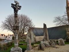 Eglise Saint-Demet - Français:   Plozévet: le calvaire du bourg et le monument aux morts