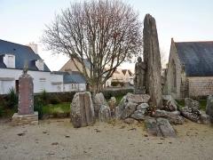 Eglise Saint-Demet - Français:   Plozévet: le monument aux morts, sculpté par René Quillivic