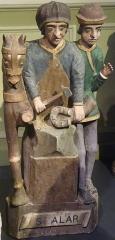 Eglise Saint-Demet - Plozévet: statue de saint Alar (bois polychrome, XVIe siècle). Ce troisième évêque de Cornouaille est souvent confondu avec saint Eloi car, comme lui, il est protecteur des chevaux. Statue classée monument historique en 1991.