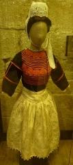 Hôtel de ville, dit aussi le Vieux Château, ou château des Barons du Pont - Français:   Costume de fille bigoudène vers 1910 (Musée Bigouden, Pont-l\'Abbé)