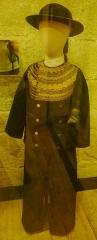 Hôtel de ville, dit aussi le Vieux Château, ou château des Barons du Pont - Français:   Costume de garçon bigouden vers 1910 (Musée bigouden, Pont-l\'Abbé)