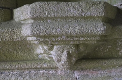 Eglise Saint-Nicaise et cimetière - Deutsch: Katholische Kirche Saint-Nicaise in Saint-Nic im Département Finistère (Region Bretagne/Frankreich), Konsole in der südlichen Vorhalle