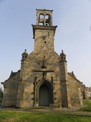Chapelle Saint-Sébastien, arc de triomphe, calvaire et placître - Façade occidentale de la chapelle Saint-Sébastien en Saint-Ségal (29).