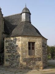 Chapelle Saint-Sébastien, arc de triomphe, calvaire et placître - Français:   Sacristie de la chapelle Saint-Sébastien en Saint-Ségal (29).