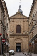 Basilique Saint-Sauveur - Français:   La photographie est prise de l\'extrémité est de la rue du Guesclin, afin de souligner la mise en perspective de la façade. On voit le sommet du beffroi, mais les côtés de la façade et la tour (au nord) sont masqués par les immeubles de la rue. L\'inscription «christo salvatori» en médaillon au dessus du portail indique la dédication de l\'église au Saint-Sauveur.