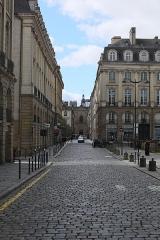 Basilique Saint-Sauveur - Français:   Perspective formée par les rues de Brilhac, de l\'Hermine et Du Guesclin à Rennes, entre le Parlement de Bretagne et la basilique Saint-Sauveur.