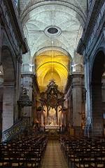 Basilique Saint-Sauveur - Français:   Basilique Saint-Sauveur, Rennes, Ille-et-Vilaine, Bretagne, France. La nef conduit au maître-autel surmonté d\'un baldaquin datant de 1764-68.