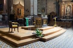 Basilique Saint-Sauveur - Français:   Autel «face au peuple » installé en 1995. Mobilier liturgique de 2011.