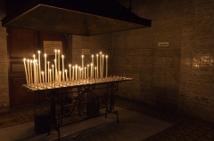 Basilique Saint-Sauveur - Français:   Cierges votifs et ex-voto à côté de la chapelle de Notre-Dame. Les ex-voto visibles couvrent la période 1890–1960.