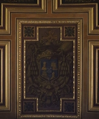 Cathédrale Saint-Pierre - Voûtes de la nef principale de la cathédrale métropolitaine Saint-Pierre de Rennes (35). Caissons centraux. Armes des chapitres de Rennes, Dol et Saint-Malo. Écartelé: aux 1er et 4ème, d'azur à une tête de saint Samson mitrée d'or (qui est de l'ancien chapitre de Dol); aux 2ème et 3ème, d'azur à un navire d'or aux voiles éployées de même, voguant sur une mer également d'or (qui est de l'ancien chapitre de Saint-Malo); sur le tout: d'azur à deux clefs d'argent passées en sautoir, les gardes en bas (chapitre de Rennes).