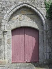 Eglise Saint-Georges - Extérieur de l'église Saint-Georges de Saint-Georges-de-Gréhaigne (35). Façade occidentale. Portail.