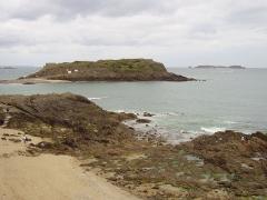 Tombeau de Chateaubriand et ensemble de l'îlot du Grand Bé -  Vue du Grand Bé depuis Saint-Malo. On distingue sur l'extrémité droite de l'île la croix de la tombe de Chateaubriand qui se découpe sur l'horizon et à gauche, le fort du Petit Bé. En arrière plan, à droite l'île de Cézembre et à gauche, au loin le cap Fréhel.