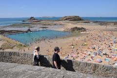 Tombeau de Chateaubriand et ensemble de l'îlot du Grand Bé - English: Saint-Malo (France, Brittany), swimming pool on beach