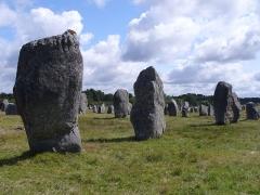 Six menhirs de l'enceinte du Ménec - Deutsch: 1099 Menhire, bis zu 4 Meter hoch, von Ost nach West in 1167 Meter langen Alignements (Steinreihen) in einem Halbkreis (Cromlechs) endend. (Jungsteinzeit, Neolithikum, Neolithic, Néolithique 4500-2300 v.Chr.) Megalithanlage von Le Ménec, Carnac, Departement Morbihan, Bretagne