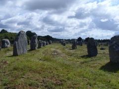 Six menhirs de l'enceinte du Ménec -  1099 Menhire,bis zu 4 Meter hoch,von Ost nach West in 1167 Meter Langen Alignements(Steinreihen) in einem Halbkreis(Cromlechs) endend. (4500-2300 v.Chr.) Megalithanlage von Le Ménec, Carnac ,Departement Morbihan ,Bretagne