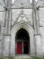 Eglise Notre-Dame-de-Quelven et abords - Façade sud de la basilique Notre-Dame de Quelven commune de Guern (56). Porche et 1er portail sud.