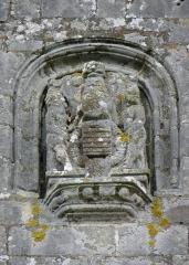 Eglise Notre-Dame-de-Quelven et abords - Chevet de la basilique Notre-Dame de Quelven, commune de Guern (56). Armes ornant le pignon sud.