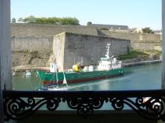 Citadelle du Palais, à Belle-Ile-en-Mer - cargot Taillefer III, Port et citadelle de Palais, Belle-Île-en-Mer, vue d'une fenêtre.