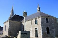 Cimetière - Français:   Église Saint-Arnould à Saint-Allouestre, Morbihan, France. Vue sud-est de l\'église.