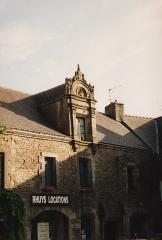 Maison Renaissance située sur la place au Sud de l'église - English: A stone building on Rue du Poulmenach located in the town of Sarzeau which is on the Presqu'île de Rhuys, Morbihan, France