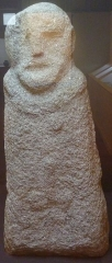 Ancien hôtel du Parlement de Bretagne, dit Château-Gaillard - Français:   La stèle gauloise anthropomorphe d\'Inguiniel (VIème ou Vème siècle avant J.-C., Musée d\'histoire et d\'archéologie de Vannes)