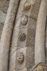 Eglise Saint-Fargheon - Deutsch: Katholische Kirche Saint-Fargheon in Bourg-Lastic im Département Puy-de-Dôme (Auvergne-Rhône-Alpes/Frankreich), Archivolten am Südportal