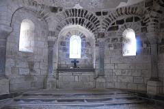 Monument sépulcral - Deutsch:   Chambon-sur-Lac, Friedhofskapelle, Blendarkaden Mitte