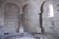 Monument sépulcral - Deutsch:   Chambon-sur-Lac, Friedhofskapelle, Blendarkaden links vom Altar