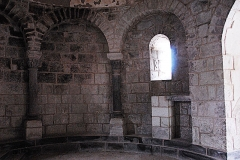 Monument sépulcral - Deutsch:   Chambon-sur-Lac, Friedhofskapelle, Blendark. links v. Narthex