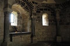 Monument sépulcral - Deutsch:   Chambon-sur-Lac, Friedhofskapelle, Blendark. rechts v. Altar