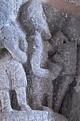 Monument sépulcral - Deutsch:   Chambon-sur-Lac, Friedhofskapelle, Kapitell, 9 Männer