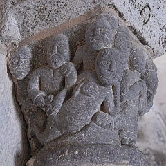 Monument sépulcral - Deutsch:   Chambon-sur-Lac, Friedhofskapelle, Kapitell,9 Männer, rechts