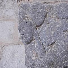 Monument sépulcral - Deutsch:   Chambon-sur-Lac, Friedhofskapelle, Kapitell,9 Männer, Detail halblinks