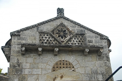 Monument sépulcral - Deutsch:   Chambon-sur-Lac, Friedhofskapelle, Narthex Giebelwand